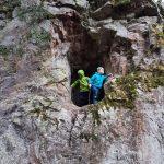 Kluci v jeskyňce nad Šmelcovnou.