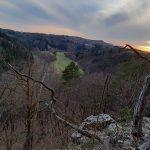 Výhled ze zříceniny na údolí Bobrůvky.