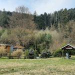 Trampská osada u řeky.
