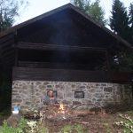 Děláme oheň u srubu pod Devíti skalami.