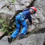 Maty dělá první lezecké kroky na skále.