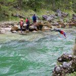 Plavání přes řeku.