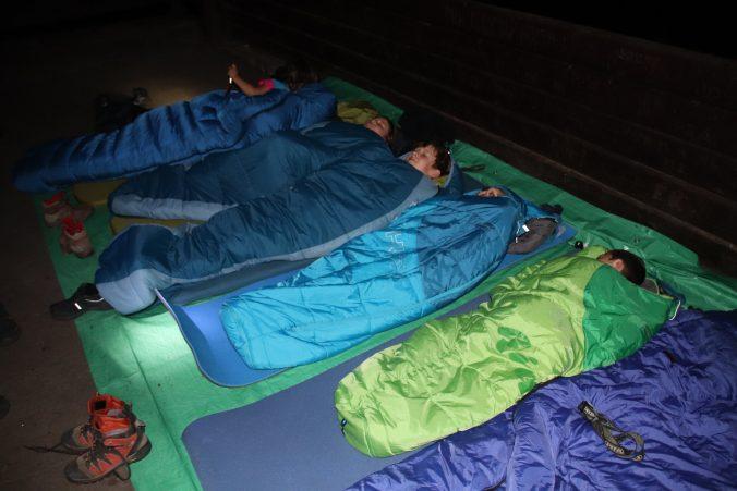 Všichni byli unavení, pár minut po ulehnutí už spali.