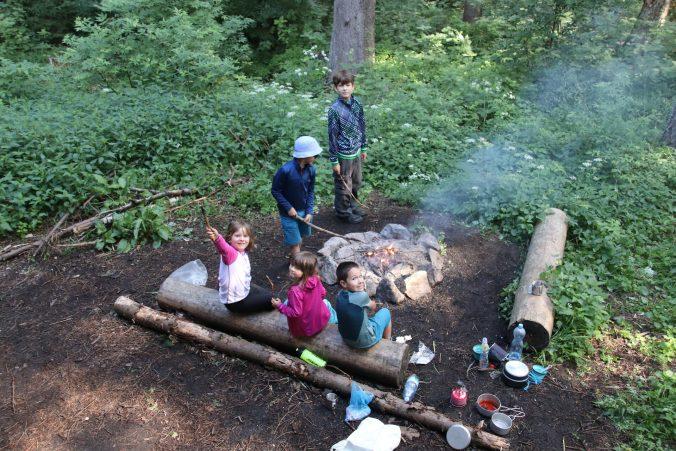 Ráno se ještě dětem podařilo rozdmýchat z uhlíků ohýnek.