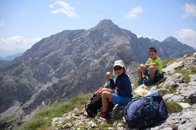 Svačina na vrcholu Planspitze, v pozadí Hochtor.