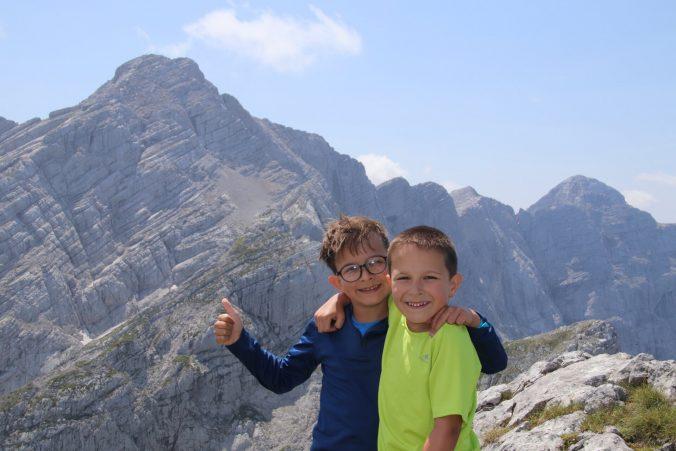 Klukům se na horách líbí. Vlevo Hochtor, vpravo Großer Ödstein.