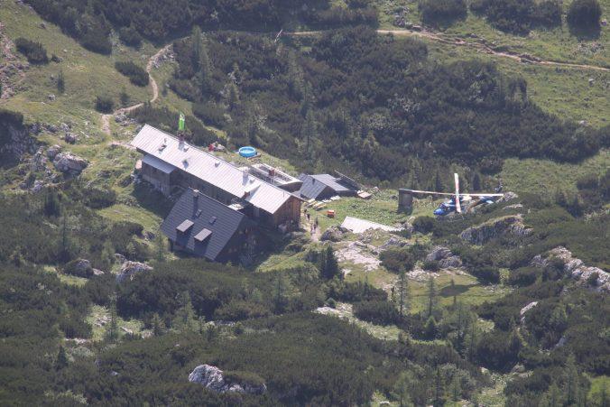 U chaty přistává vrtulník.