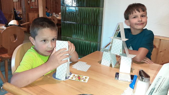 Mastíme karty a stavíme domečky.