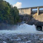 Masy vody deroucí se z přehrady.